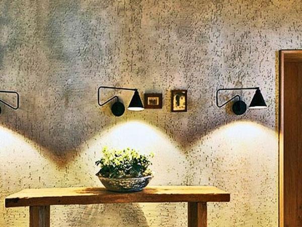 Декоративная штукатурка отлично дополняет интерьер комнаты