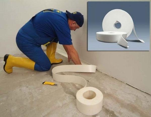 Обработка стыков стен и пола гидроизоляционной лентой