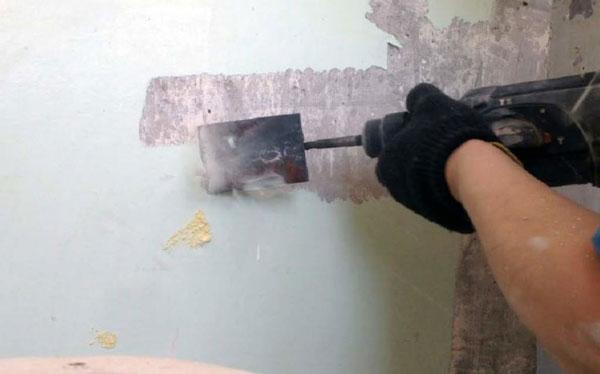 Снятие старой штукатурки со стен