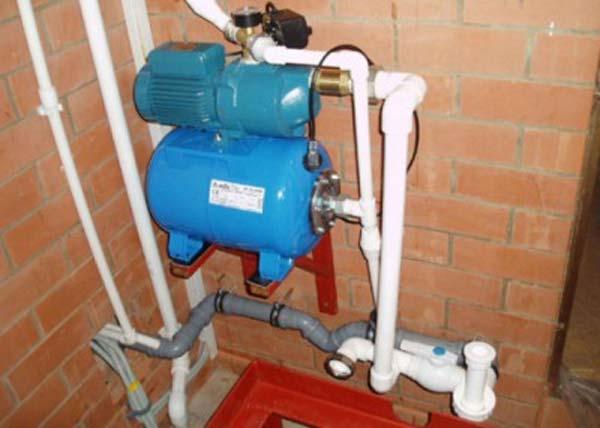 Водопровод в частном доме с обеспечивающей напор насосной станцией