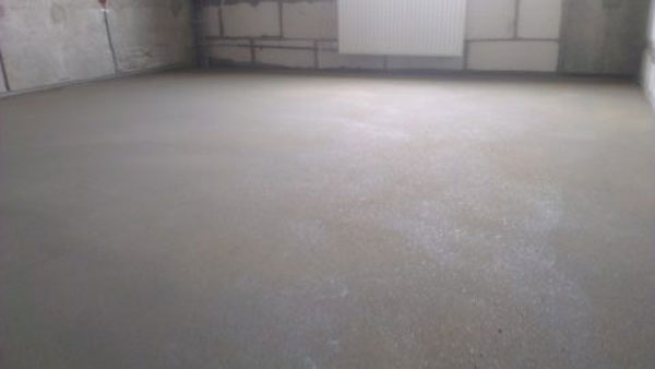 Перед настилом бетонную основу необходимо привести в порядок