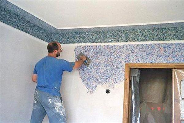 Нанесение смеси на стены шпателем