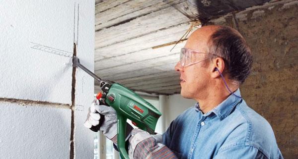 Штробление стен для укладки электропроводки и труб