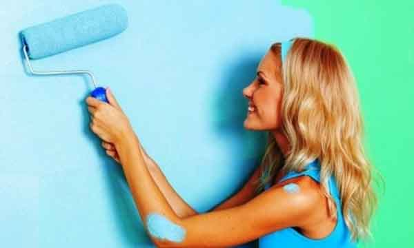 Окрашивание стен валиком в синий цвет