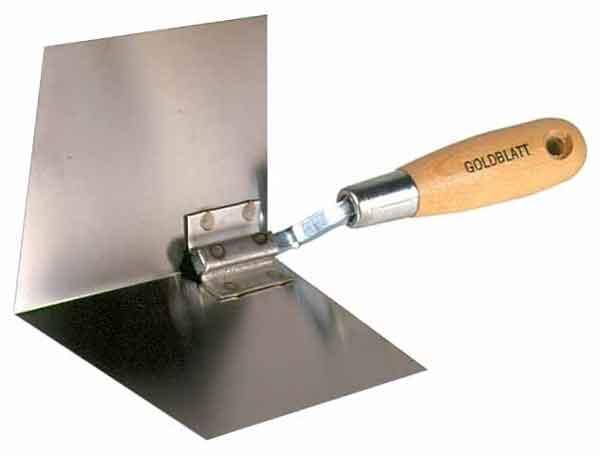 Угловой шпатель используется при выравнивании угловых зон