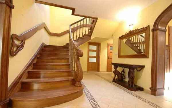 Большая лестница в загородном доме