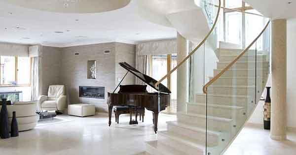 Светлая бетонная лестница в доме
