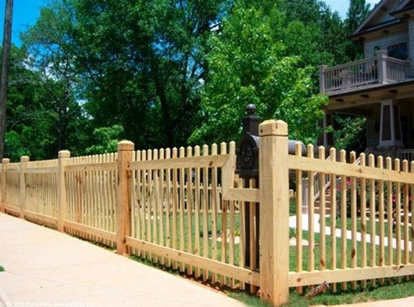 Забор из деревянного штакетника смотрится очень красиво