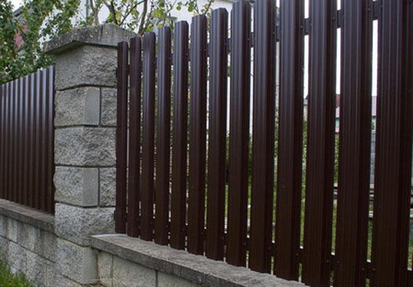 Высокий забор из металлического штакетника