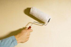 Выбор и нанесение грунтовки для стен под обои своими руками
